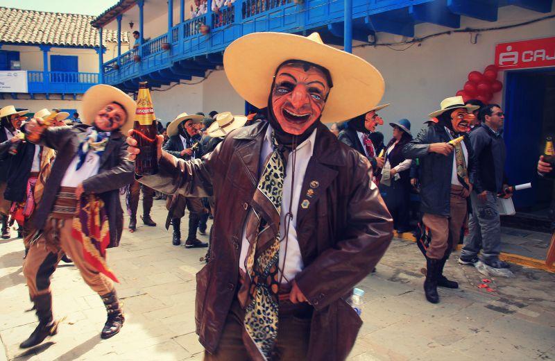 paucartambo_masken_karneval_virgen_de_la_carmen_peru_südamerika_kultur_feste_prozessionen_tänze_feiertage_rundreise_touren_männer_bier