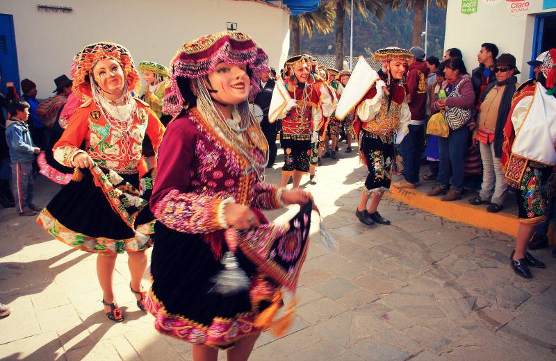 paucartambo_masken_karneval_virgen_de_la_carmen_peru_südamerika_kultur_feste_prozessionen_tänze_feiertage_rundreise_touren_parade