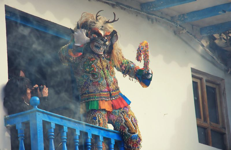 paucartambo_masken_karneval_virgen_de_la_carmen_peru_südamerika_kultur_feste_prozessionen_tänze_feiertage_rundreise_touren_saqras_teufel_dächer_techos
