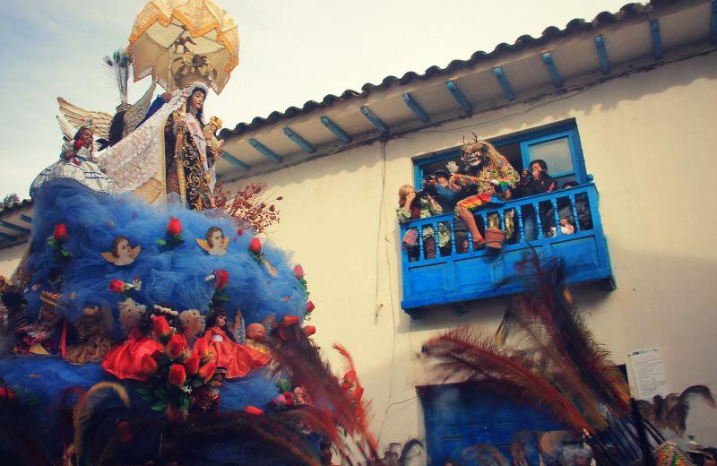 paucartambo_masken_karneval_virgen_de_la_carmen_peru_südamerika_kultur_feste_prozessionen_tänze_feiertage_rundreise_touren_saqras_teufel_dach