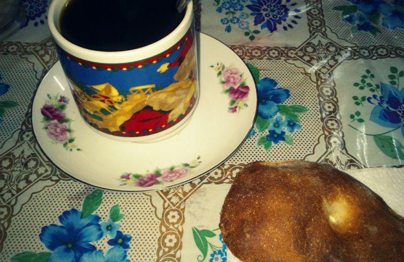 peru_kaffee_brot_essen_restaurant_rundreise_paucartambo_cafe_speisen