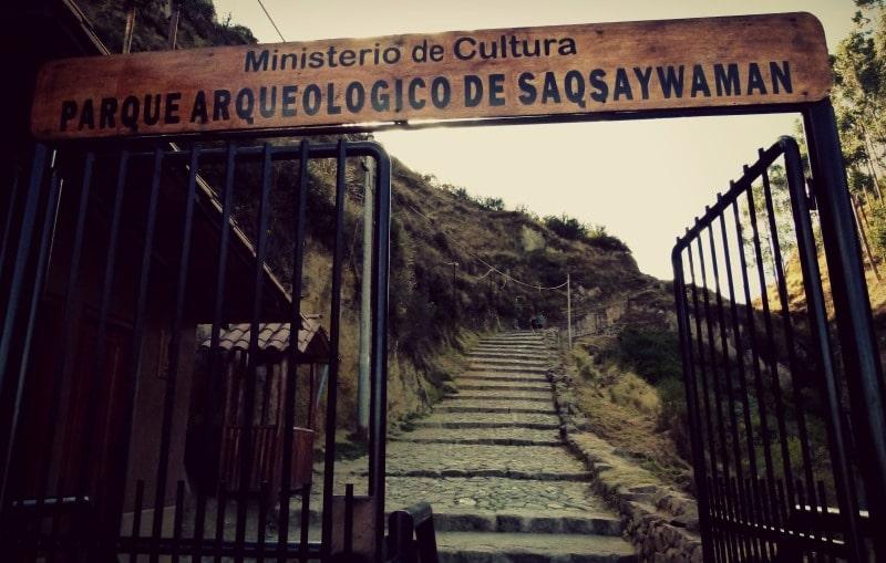 eingang_saqsayhuaman_ruinen_cusco_inka_peru_treppen_stufen_weg