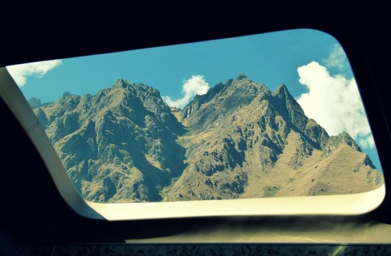 machu_picchu_zugfahrt_panorama_fenster_scheibe_aussicht_berge