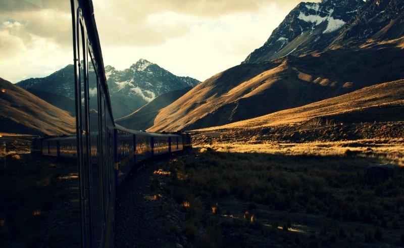 zug_bahn_puno_cusco_peru_hochland_berühmt_peru_rail