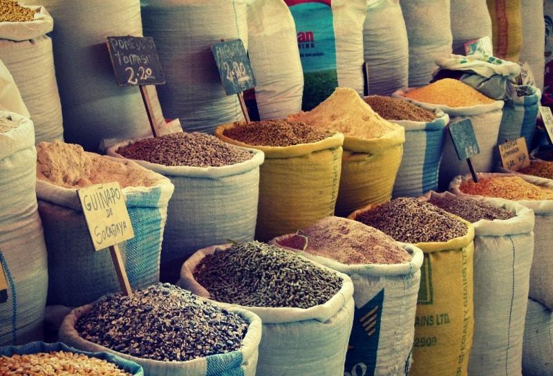 markt_arequipa_wochenmarkt_san_camilo_säcke_getreide_bohnen_mehl_reise_tour_peru