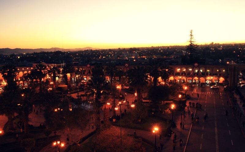 plaza_de_armas_peru_arequipa_bei_nacht_vulkanstadt_berge_horizont