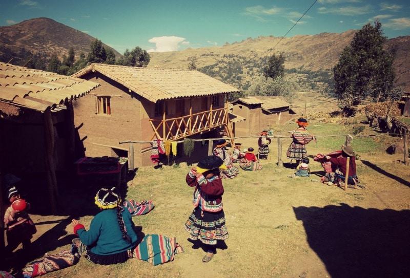 sozialprojekt_kommunaler_tourismus_andenhochland_peru_quechua_indianer_textilien_schafswolle_dorfgemeinschaft_kinder_lehmziegelhaus