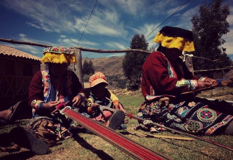 sozialprojekt_kommunaler_tourismus_andenhochland_peru_quechua_indianer_textilien_schafswolle_handwerk_decken_muster