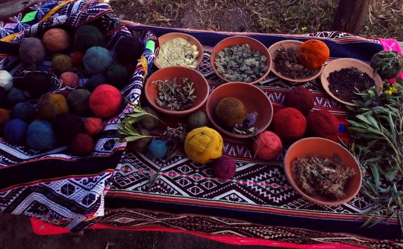 sozialprojekt_kommunaler_tourismus_andenhochland_peru_quechua_indianer_textilien_schafswolle_handwerk_wolle_farben