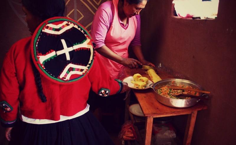 sozialprojekt_kommunaler_tourismus_andenhochland_peru_quechua_indianer_textilien_schafswolle_kochen_küche_causa
