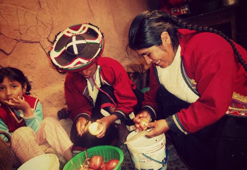 sozialprojekt_kommunaler_tourismus_andenhochland_peru_quechua_indianer_textilien_schafswolle_kochen_peruanische_küche_kartoffeln