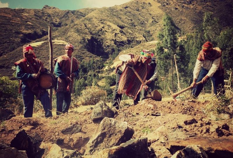 sozialprojekt_kommunaler_tourismus_andenhochland_peru_quechua_indianer_textilien_schafswolle_pachamanca_kartoffeln_tradition