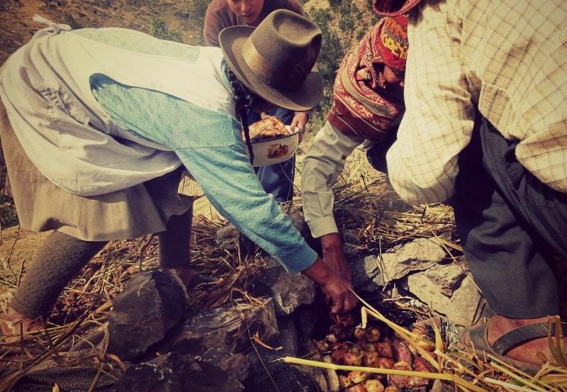 sozialprojekt_kommunaler_tourismus_andenhochland_peru_quechua_indianer_textilien_schafswolle_pachamancha_kartoffeln_fleisch_erdofen