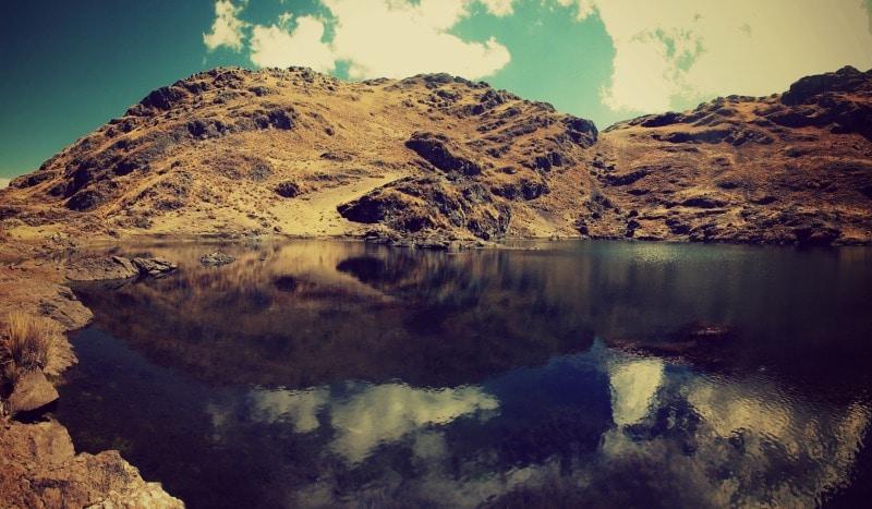 sozialprojekt_kommunaler_tourismus_andenhochland_peru_quechua_indianer_textilien_schafswolle_trekking_wanderung_see_natur_landschaft_lagune_bergsee
