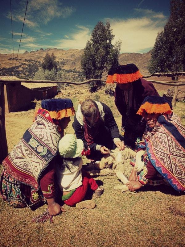sozialprojekt_kunsthandwerk_traditionelle_textilien_gemeinden_schaf_wolle_indianer