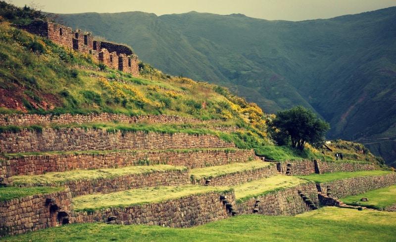 tipon_archäologische_stätte_südliches_heilige_tal_der_inka_terrassen_anlage_kultur_anden_cusco_peru_steine_ruinen