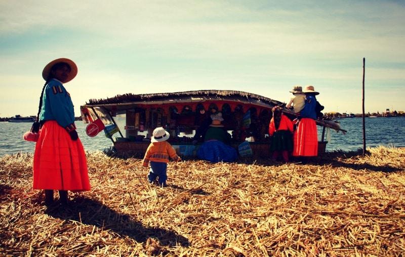 titicaca_see_titikaka_peru_bolivien_insel_taquile_amantani_tour_fest_rundreise_reise_inka_anden_uros_schwimmende_schilf_insel_laden_boot_schilf