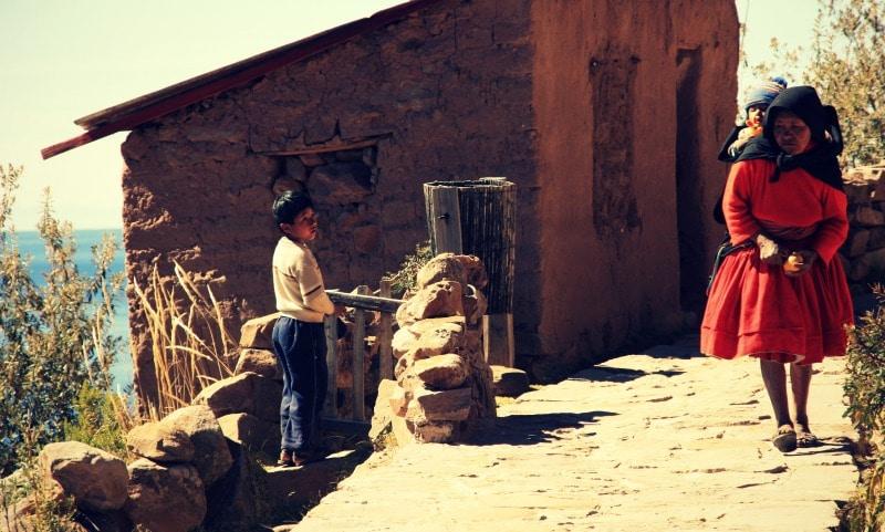 titicaca_see_titikaka_peru_bolivien_insel_taquile_amantani_tour_fest_rundreise_reise_inka_anden_uros_schwimmende_schilf_insel_wanderung