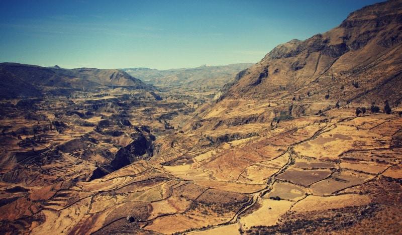 tour_colca_canyon_arequipa_vulkanstadt_hoher_pass_altiplano_peru_tal_chivay_berge_anden_berge_felder