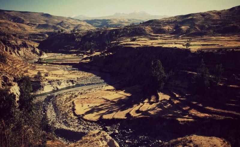 tour_colca_canyon_arequipa_vulkanstadt_hoher_pass_altiplano_peru_tal_chivay_berge_anden_fluss