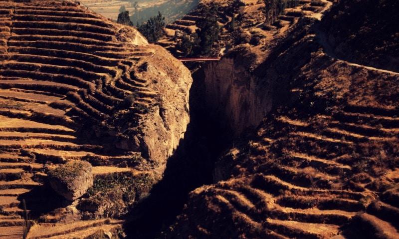 tour_colca_canyon_arequipa_vulkanstadt_hoher_pass_altiplano_peru_tal_chivay_berge_anden_schlucht_brücke