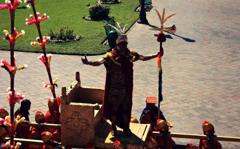 inti_raymi_cusco_sonnenfest_der_inka_korikancha_pachamama_religiöses_fest_zu_ehren_der_sonne_anden_tradition_event_feier_programm_sonnengott_hauptplatz_plaza_de_armas