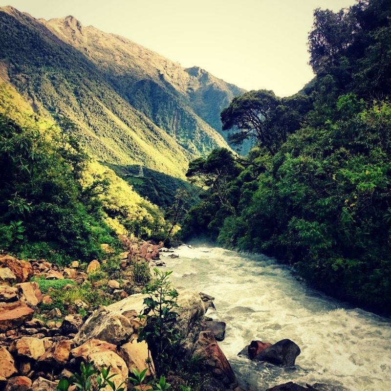 soraypampa_salkantay_trek_wanderung_nach_machu_picchu_alternative_zum_inka_trail_weg_pfad_der_inka_trekking_in_peru_anden_gebirge_abenteuer_fluss_rio_dschungel_regenwald_landschaft
