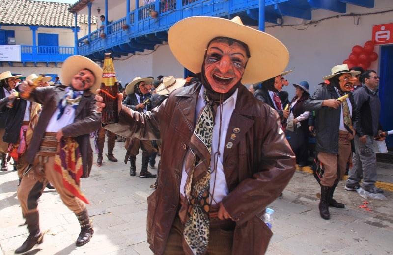 10_gründe_für_eine_reise_nach_peru_glück_machu_picchu_lebensfreude_peru_südamerika_fröhlich_feiern