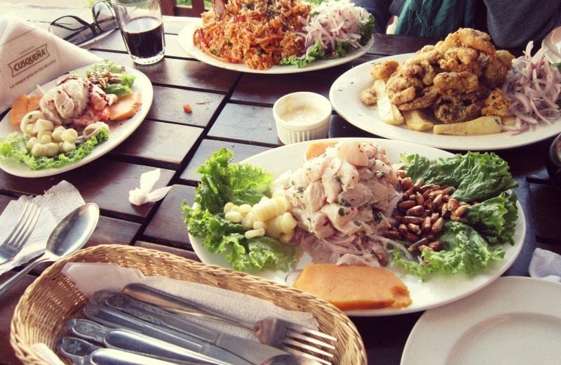 peruanische_küche_essen_in_südamerika_rundreise_ceviche_chicharron_de_pescado_camote_mais