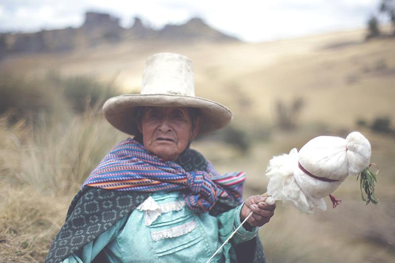 cumbemayo_felsen_cajamarca_natur_geschichte_kultur_norden_peru_formation_reisen_tour_frau_200