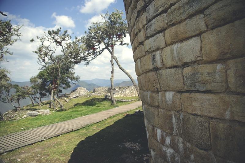 kuelap_chachapoyas_norden_peru_tour_festung_spirituelles_zentrum_tourismus_nordperu_steine_mauer_guide