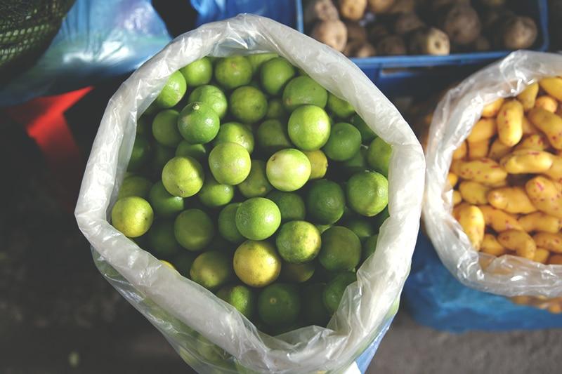 limetten_limon_säure_peru_speisen_ceviche_zitrone_zitrusfrucht_frucht_südamerika_saft_gerichte_gastronomie_kochen_peruanisch