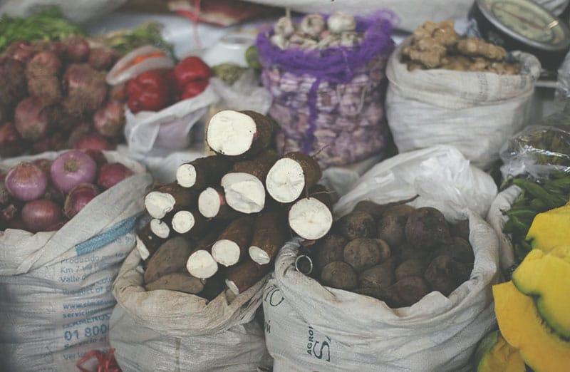 san_pedro_markt_cusco_yuca_maniok_wurzel_knolle_essen_lebensmittel_peru