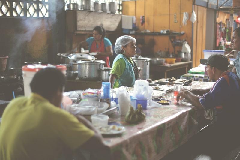 regenwald_markt_frau_stand_amazonas_iquitos_200