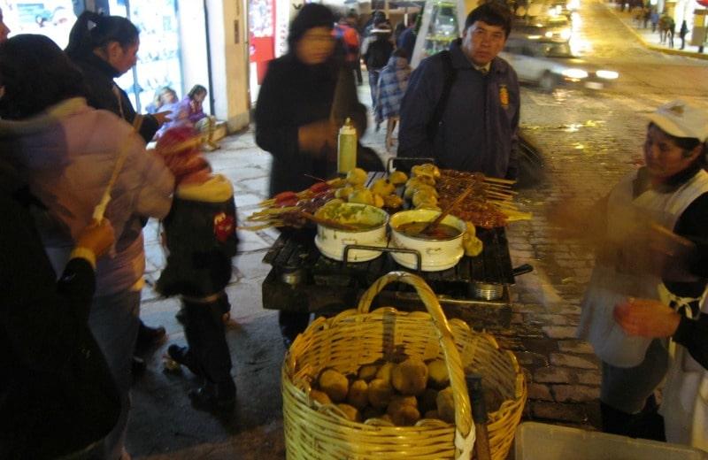 anticucho_straßenstand_peru_kulinarik_essen_straße_fleisch_cusco_reise_kartoffel_speisen_gerichte