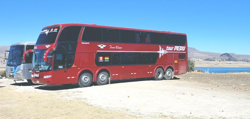 ausreise_peru_bolivien_grenzüberquerung_reisebus_busfahrt_tour_peru_kasani_landschaft_titicacasee