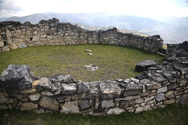 kuelap_kultur_chachapoya_ruinen_anden_amazonas_inka_archäologische_stätte_runde_häuser