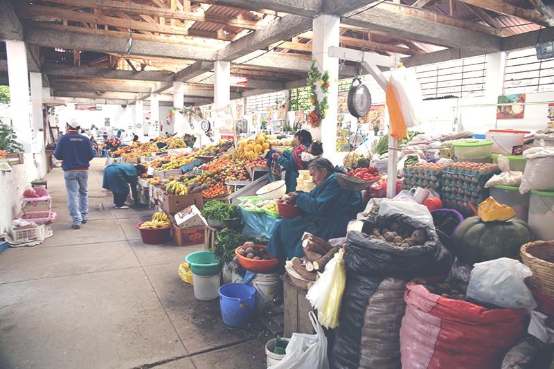 san_blas_markt_cusco_peru_künstlerviertel_einkaufen_obst_frühstück_sandwich_säfte