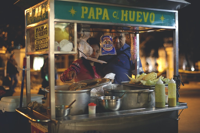 straßen_essen_peru_gastronomie_streetfood_kulinarik_lima_papa_huevo_reisen