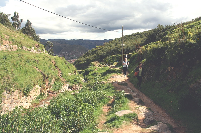 wanderung_nach_sacsayhuaman_cusco_inka_ruinen_anden_blick_mirador_peru_rundreisen_touren
