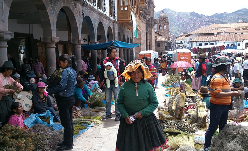 wie feiert_man_weihnachten_in_peru_cusco_anden_südamerika_traditionen_feste_heiligabend_Santurantikuy_markt_geschenke
