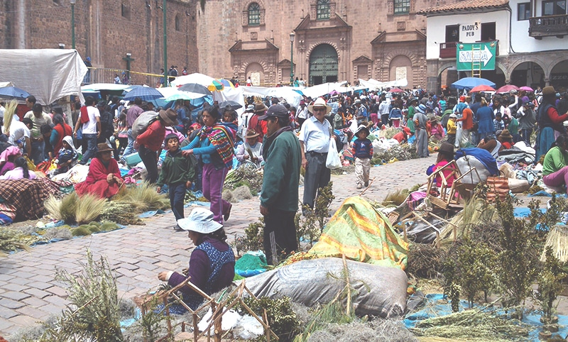 wie feiert_man_weihnachten_in_peru_cusco_anden_südamerika_traditionen_feste_heiligabend_Santurantikuy_markt_hauptplatz_kirche