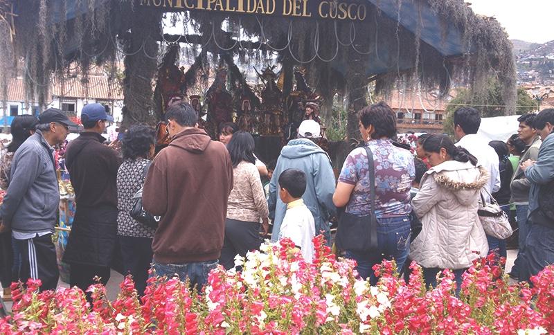 wie feiert_man_weihnachten_in_peru_cusco_anden_südamerika_traditionen_feste_heiligabend_Santurantikuy_markt_krippe_jesus
