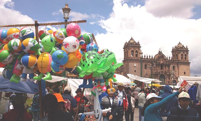 wie feiert_man_weihnachten_in_peru_cusco_anden_südamerika_traditionen_feste_heiligabend_Santurantikuy_markt