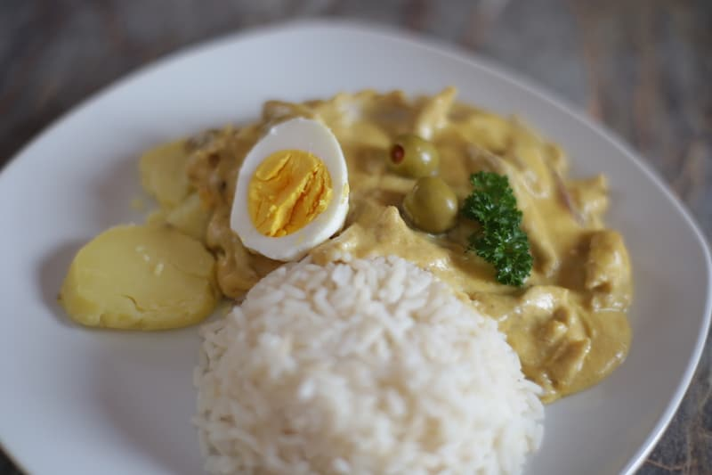 aji_de_gallina_hühnerfrikassee_peru_kochen_peruanische_küche_aji_speisen_reis_hühnchen_essen_südamerika_gericht