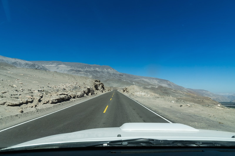 cotahuasi_colca_cañon_arequipa_mietwagen_landschaft_mit_mietauto_durch_peru_reisen_fahrt