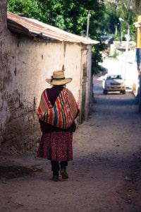 cotahuasi_colca_cañon_arequipa_mietwagen_landschaft_mit_mietauto_durch_peru_reisen_frau
