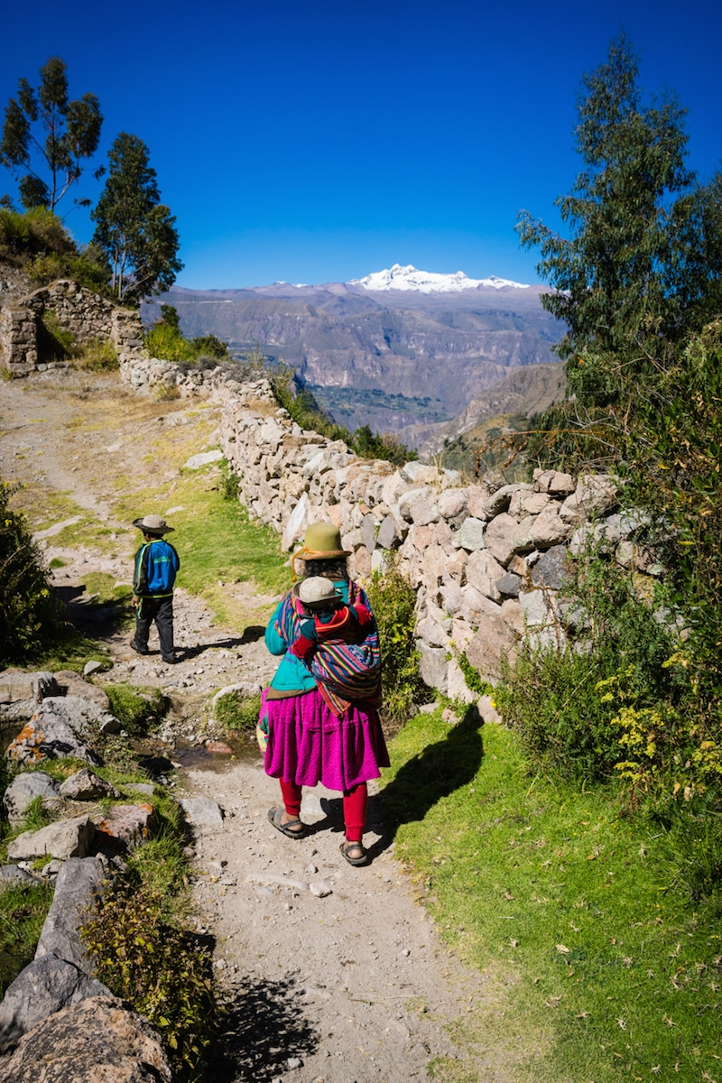 cotahuasi_colca_cañon_arequipa_mietwagen_landschaft_mit_mietauto_durch_peru_reisen_einheimische