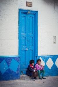 cotahuasi_colca_cañon_arequipa_mietwagen_landschaft_mit_mietauto_durch_peru_reisen_kinder