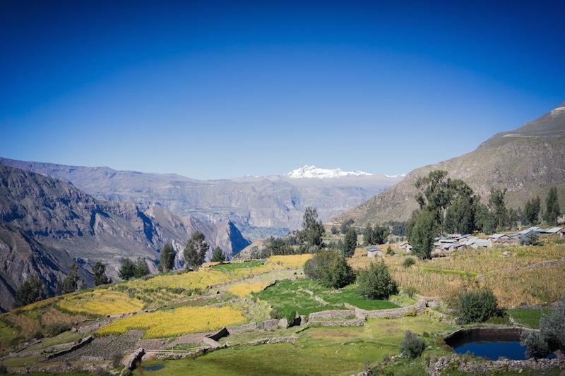 cotahuasi_colca_cañon_arequipa_mietwagen_landschaft_mit_mietauto_durch_peru_reisen_natur